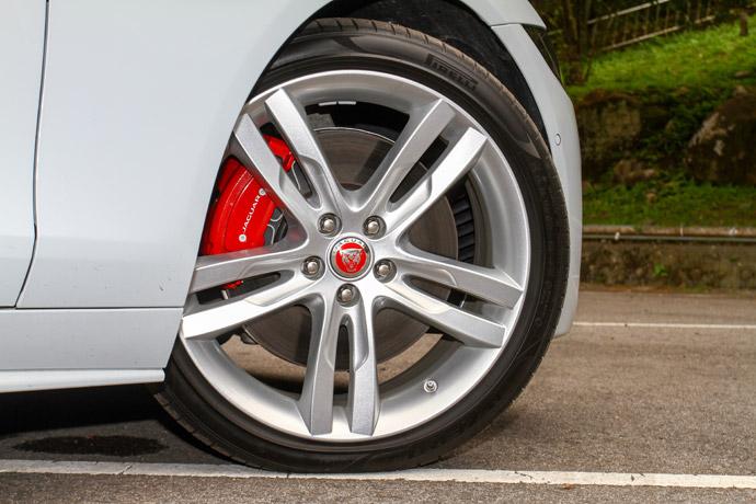 彩亮澤深灰搭配對比鑽石塗裝與紅色煞車卡鉗。