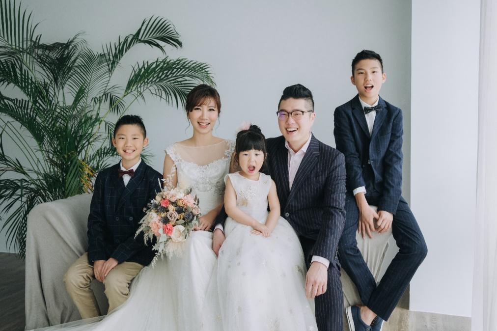▲黃文華與先生林昆鋒,育有2子1女,一家五口幸福的模樣,羨煞眾人。