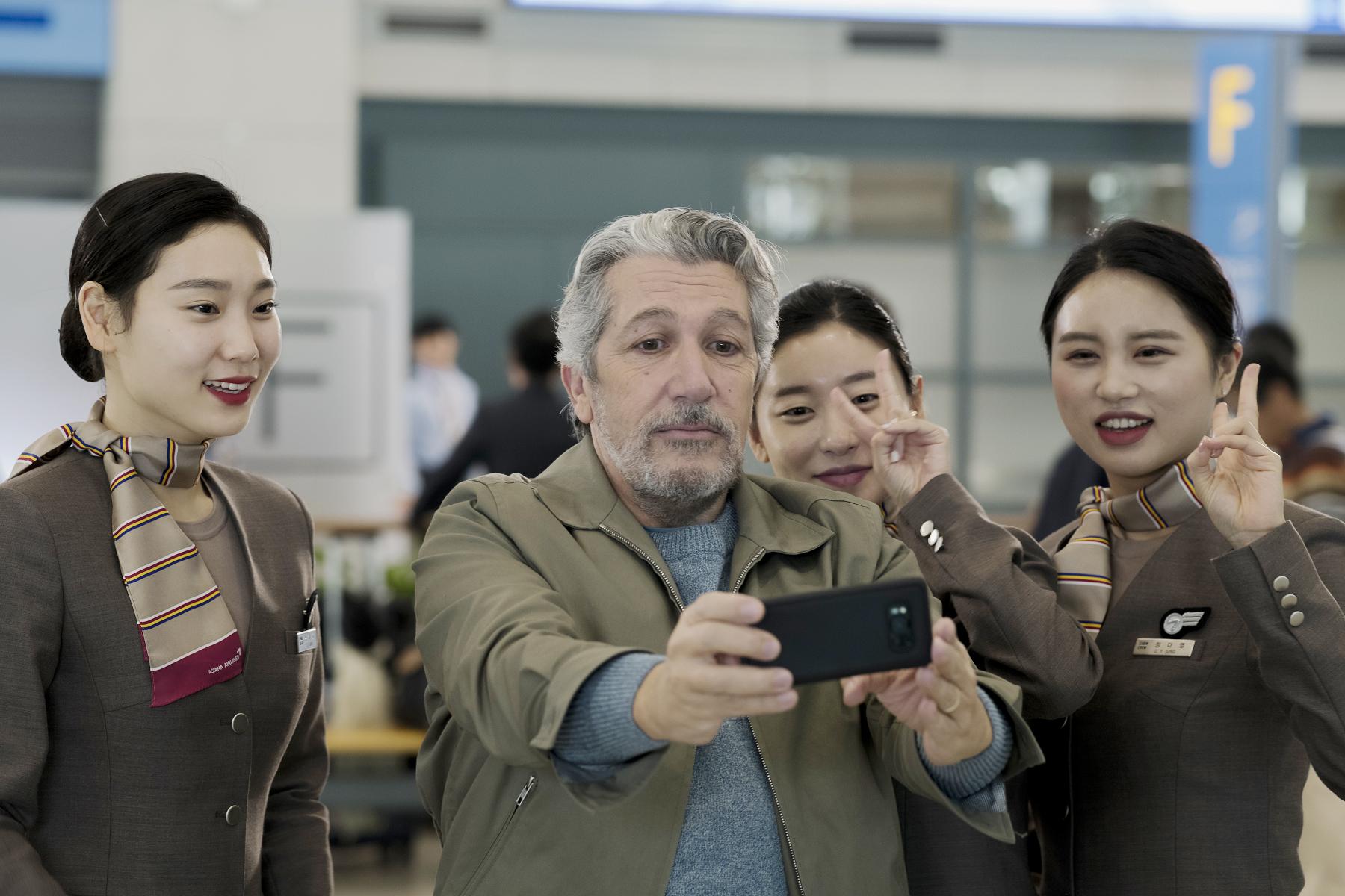 亞倫夏巴(中)在片中拍照打卡,變成機場級網紅