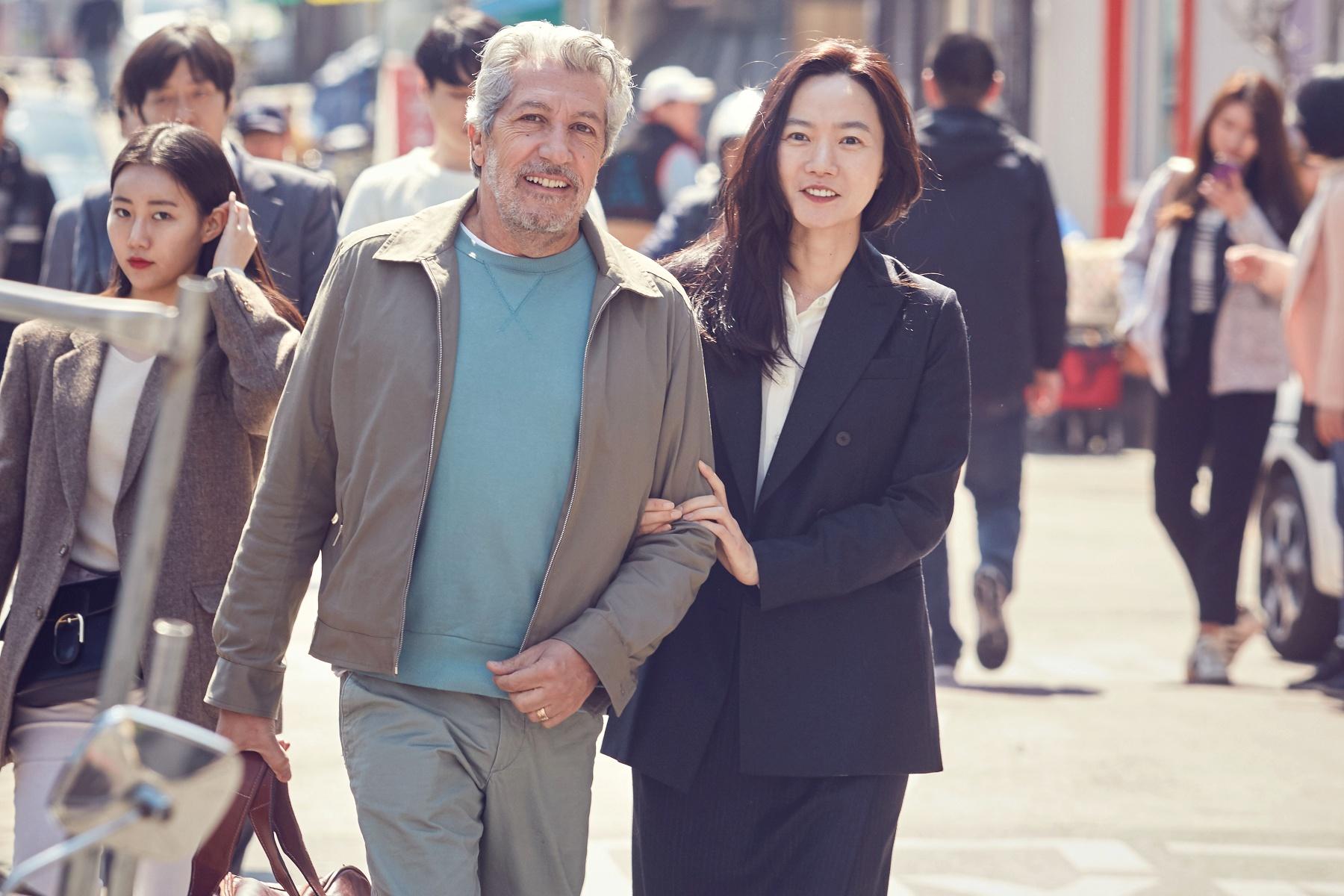 裴斗娜(右)当导游,带亚伦夏巴(左)进行首尔轻旅行