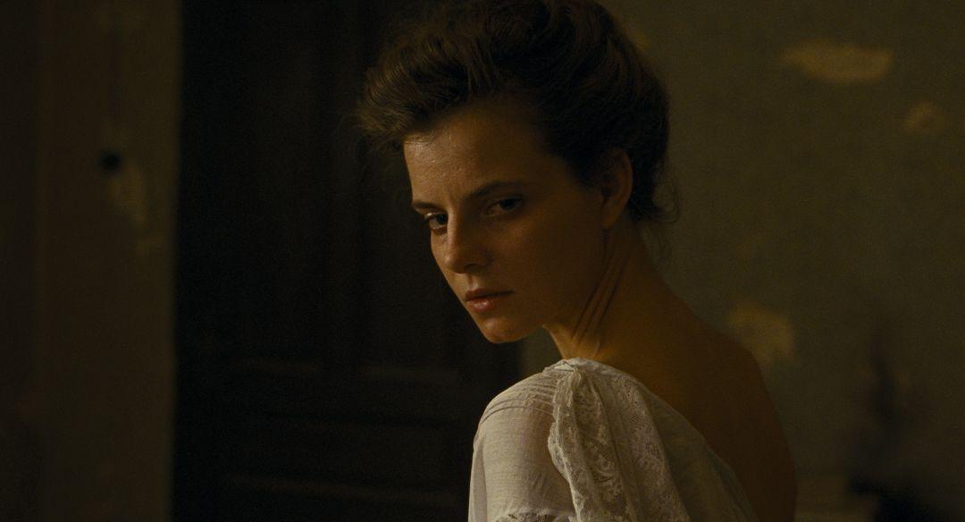 匈牙利女星茱莉雅卡布(Juli Jakab)曾在導演前作《索爾之子》客串演出