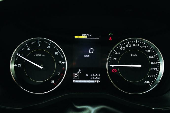 採傳統雙環指針儀表板,中間有LCD虛擬螢幕。