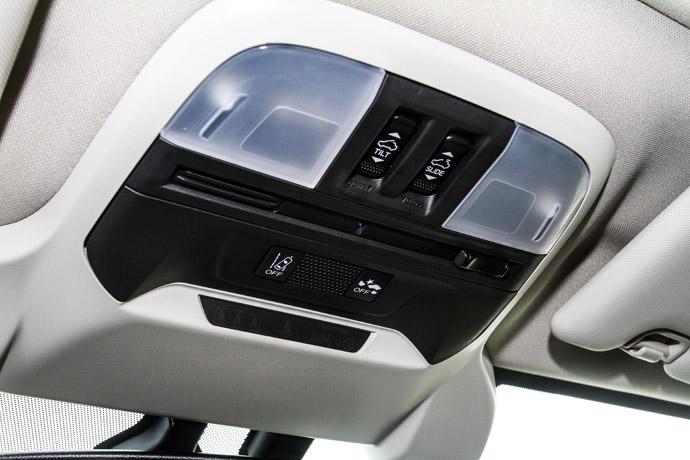 上方為天窗調整按鈕,下方則可以關閉安全輔助。