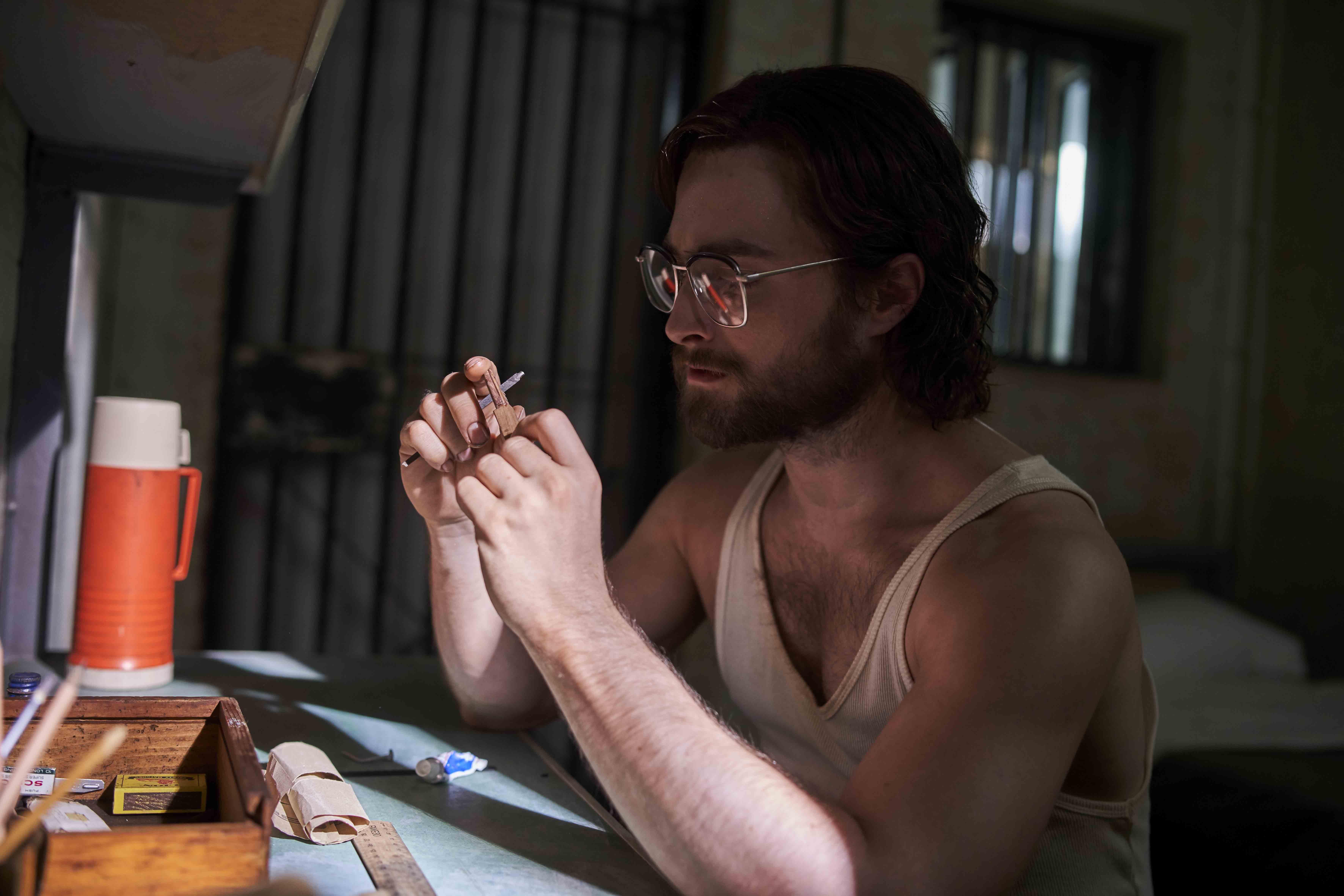 鋃鐺入獄時,更是狼狽到全身僅有一件吊嘎和內褲,只好將女友走私給他的救命錢藏在雪茄管之後,硬塞到肛門裡,差點導致發炎潰爛