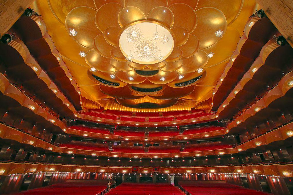大都會歌劇院 (Photo by Professorcornbread, License: CC BY-SA 4.0, Wikimedia Commons提供)