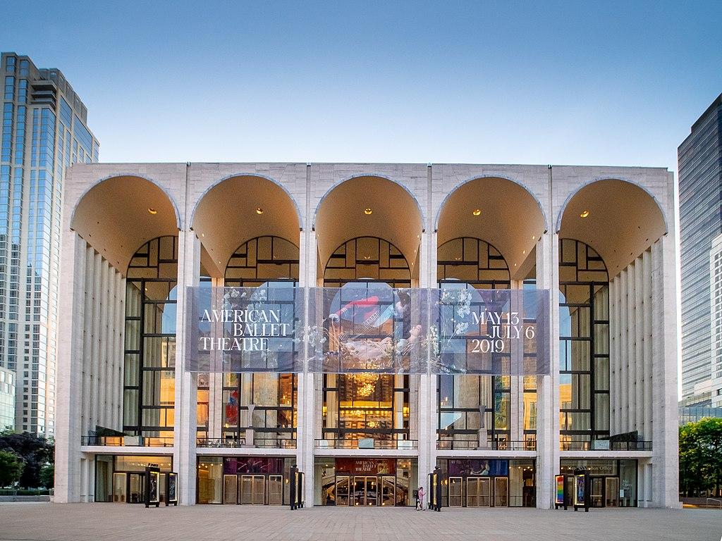 大都會歌劇院 (Photo by Ajay Suresh from New York, NY, USA, License: CC BY 2.0, 圖片來源www.flickr.com/photos/ajay_suresh/48047450723)