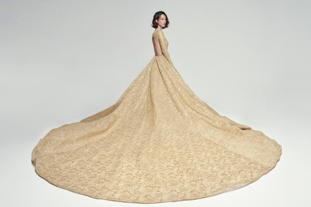 背後帶點性感的露背設計,也展現出孟耿如的纖細身材。