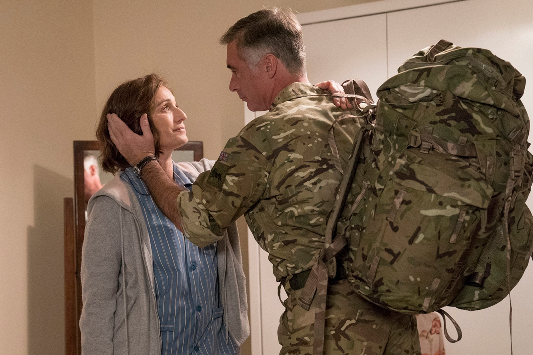 克莉斯汀史考特湯瑪斯(左)在訪談時,透露自己對軍人父親的兒時回憶