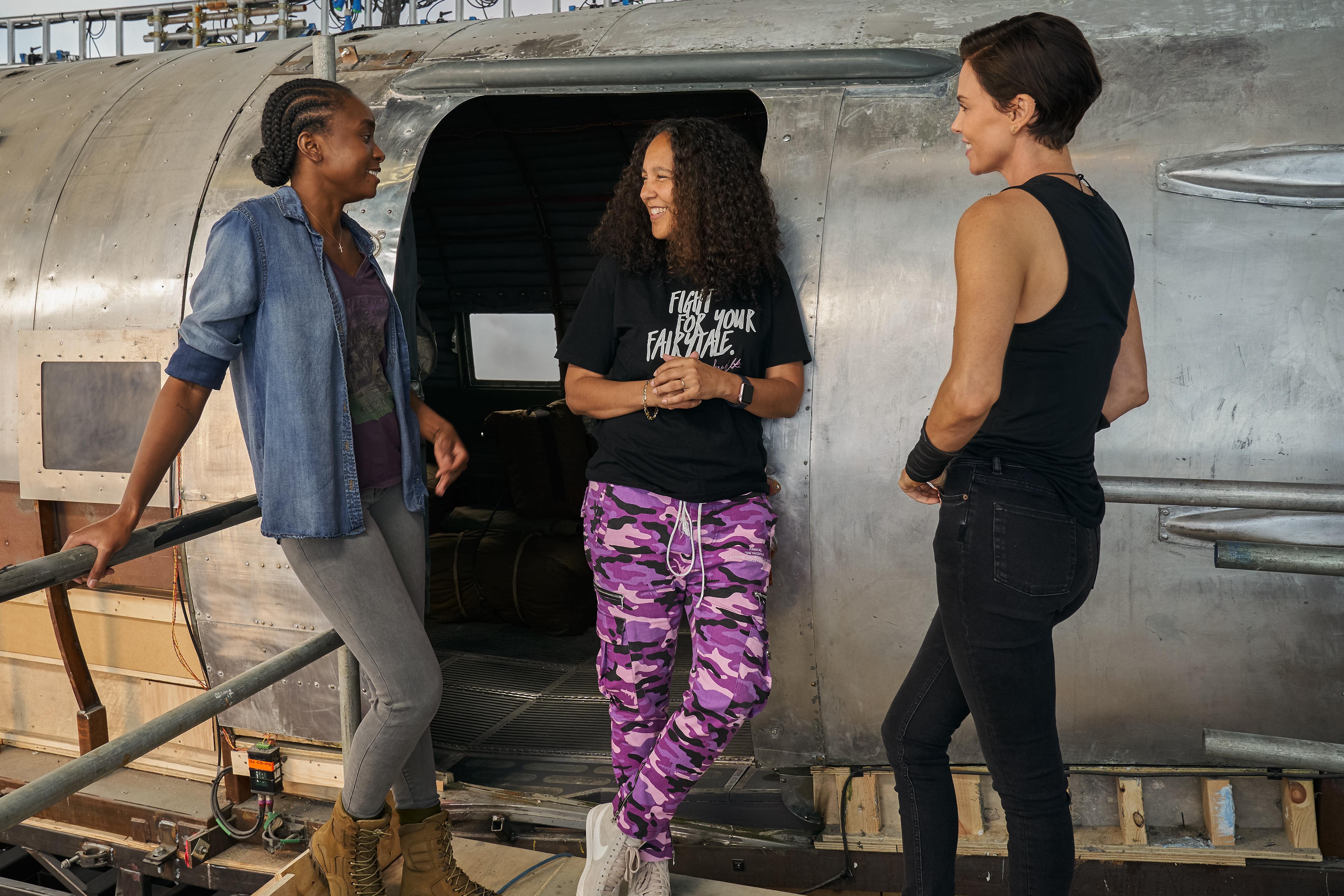 奧斯卡影后莎莉賽隆(右1)邀請好萊塢女導吉娜普林斯貝瑟伍(右2)與女星基基萊恩(左1)參與《不死軍團》