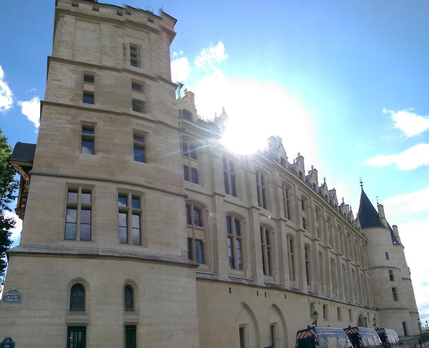 朗朗晴空下的巴黎古監獄(圖片來源:李珮宇)