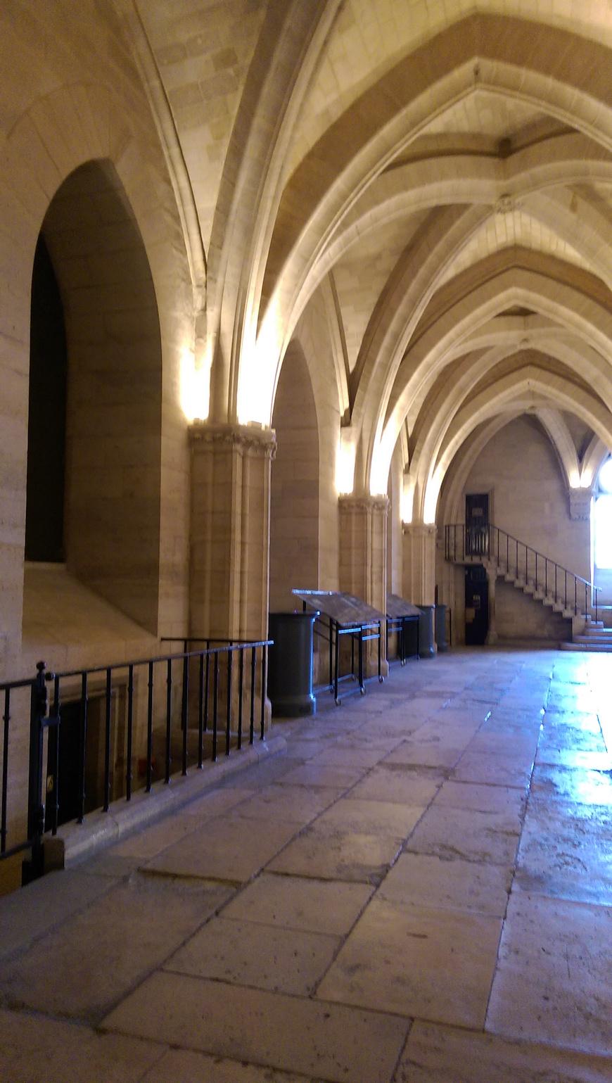 昏暗的拱廊,也彷彿象徵囚犯們無光的未來(圖片來源:李珮宇)