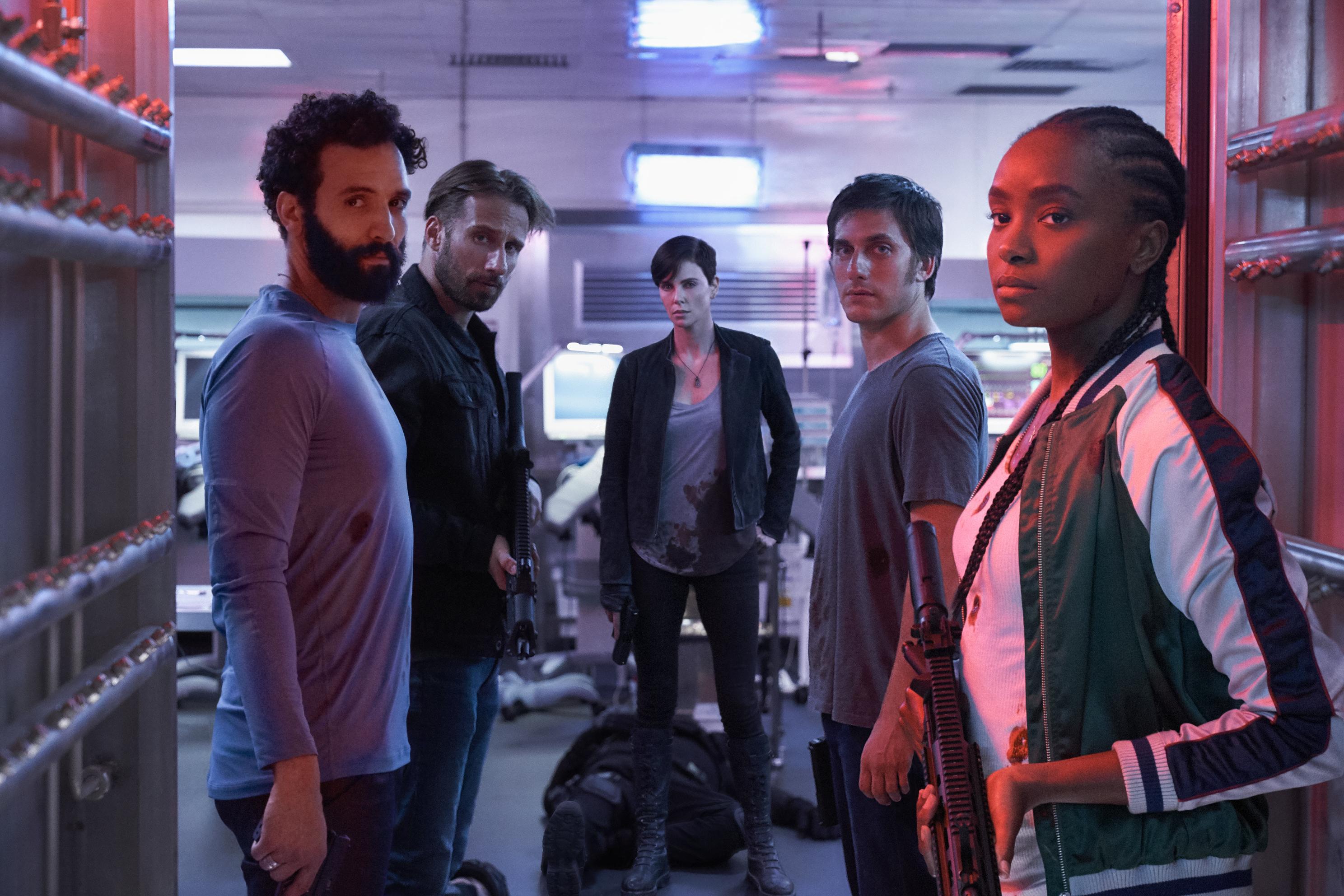 莎莉賽隆(右3)率領其他四位同樣有著自癒超能力的殺手組成「不死軍團」