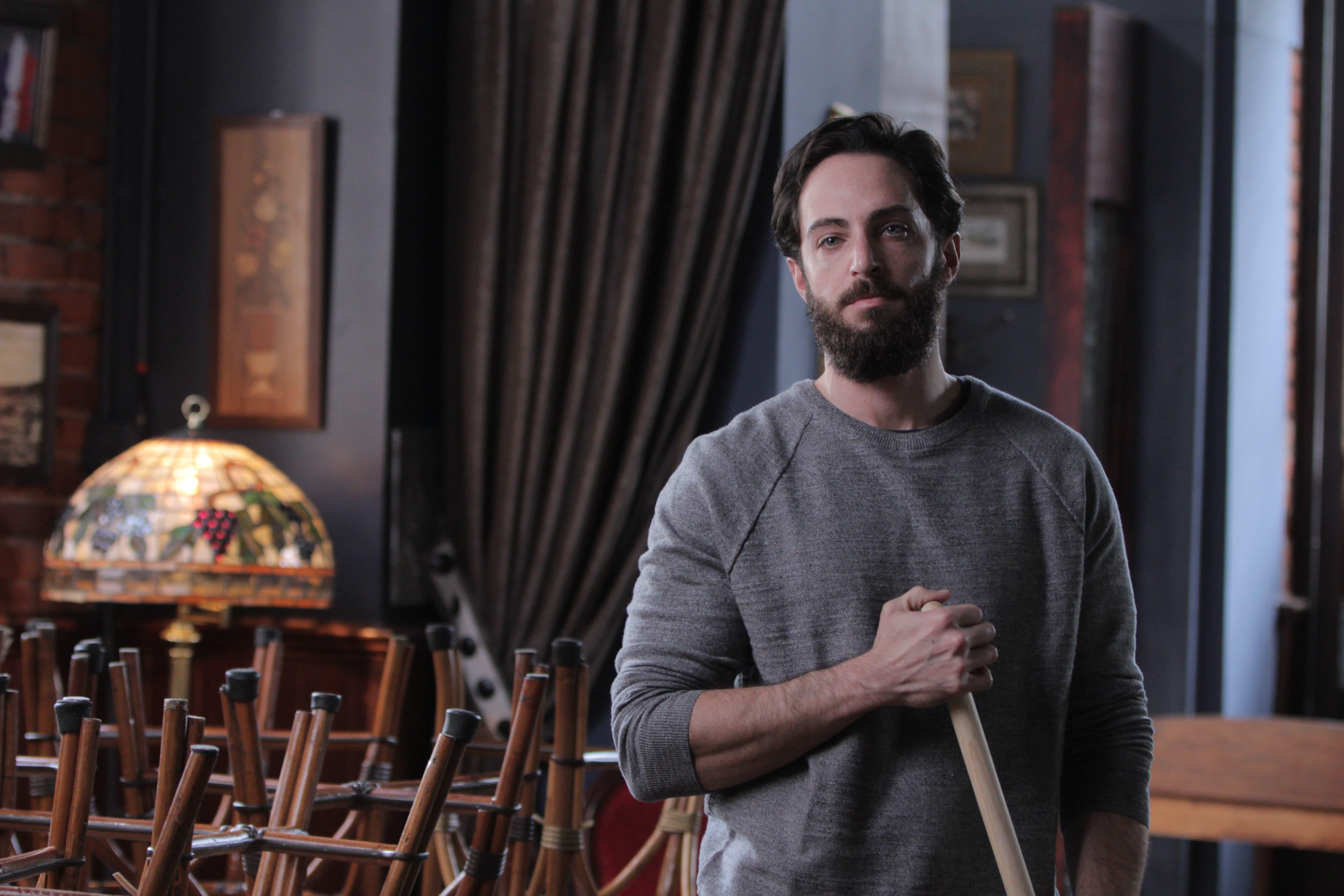 查克艾弗瑞飾演的男主角為躲避追殺逃至巴黎咖啡廳打工
