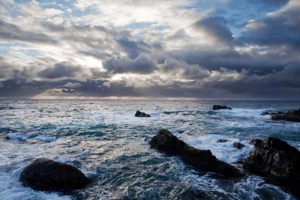 小野柳能遠眺綠島與富岡漁港出航綠島、蘭嶼的船隻(圖片來源:台東觀光旅遊網)
