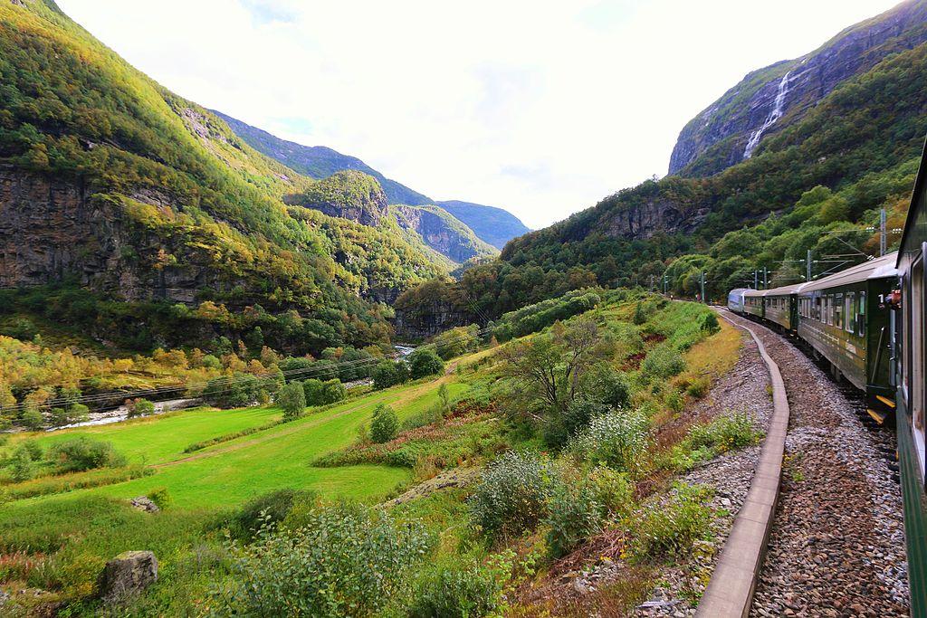 弗洛姆鐵路 (Photo by Juan Antonio F. Segal from Madrid, Spain, License: CC BY 2.0, 圖片來源commons.wikimedia.org/wiki/File:Berekvam,_Norway_(29206081243).jpg)