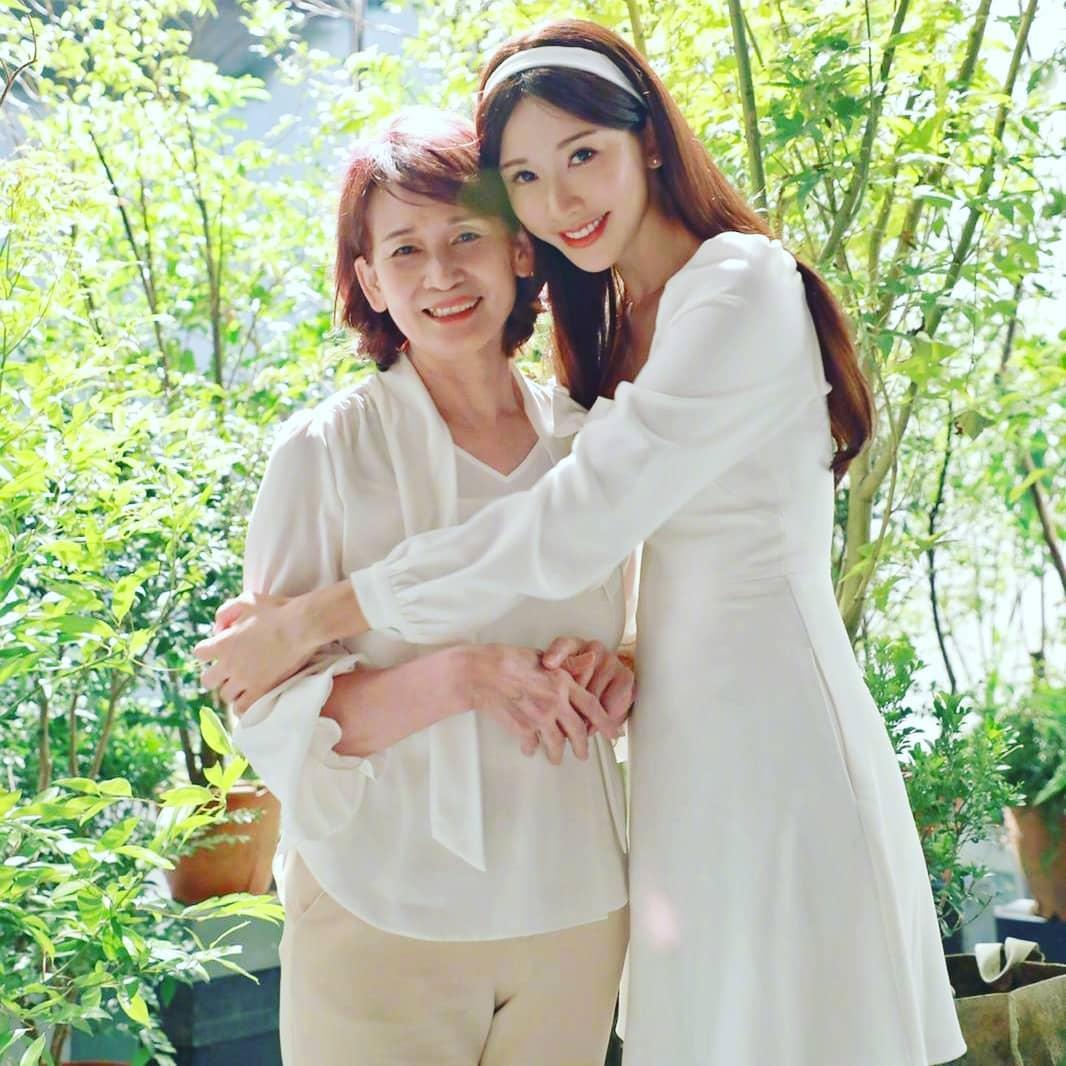 林志玲氣質好,被網友大讚像媽媽。