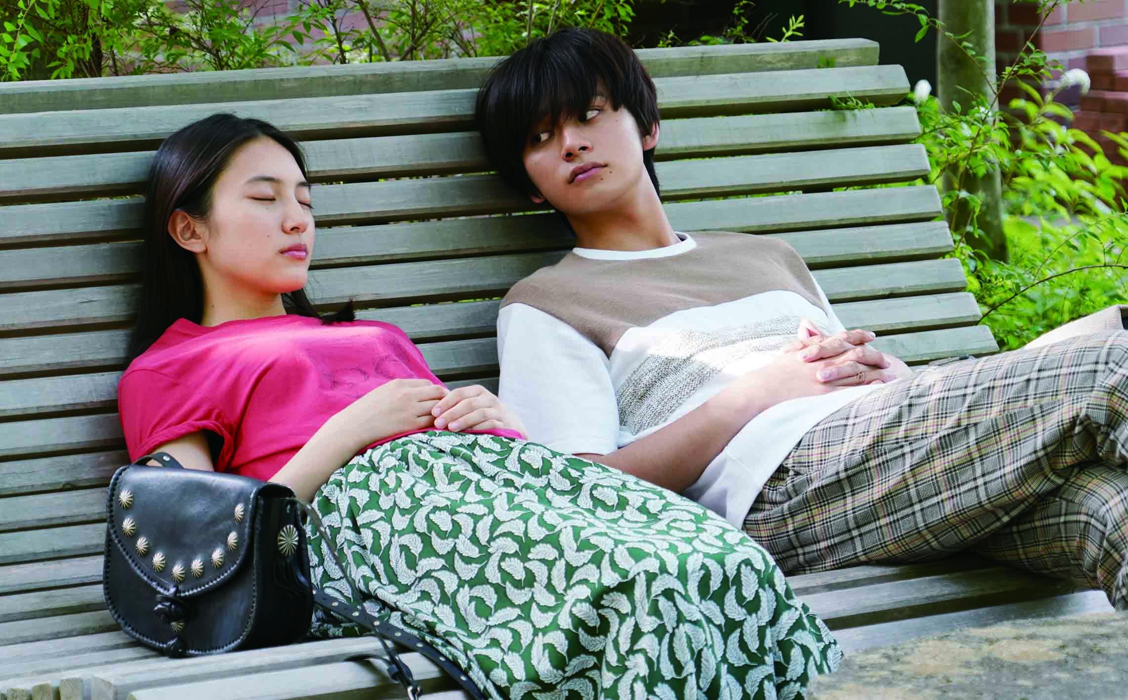 當亞樹不斷用颯太的身體接近女友加奈(久保田紗友 飾)(左),加奈與真正的颯太也愈走愈近