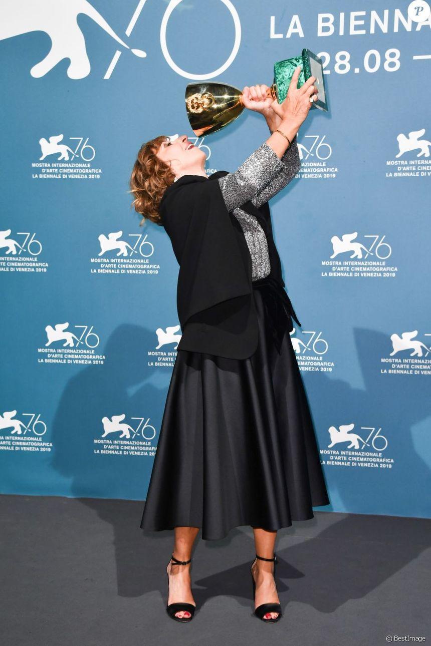 艾絲柯莉德憑藉《當愛再來的時候》榮獲威尼斯影后大獎,喜出望外擺出俏皮姿勢。