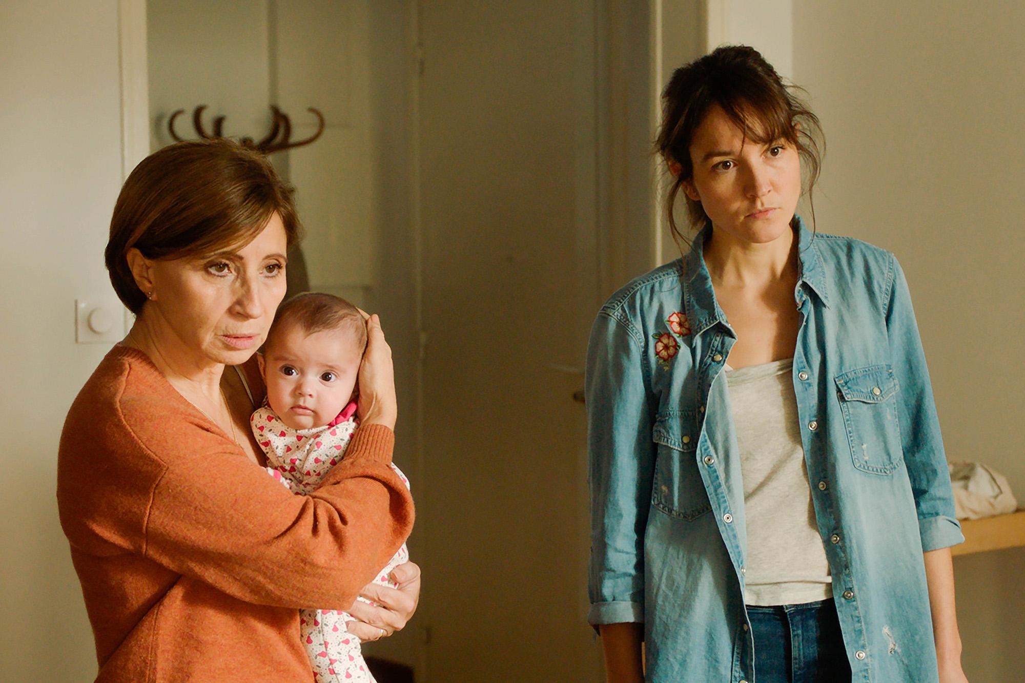 艾絲柯莉德(左)在《當愛再來的時候》細膩詮釋堅強的母親,一舉拿下威尼斯影后。