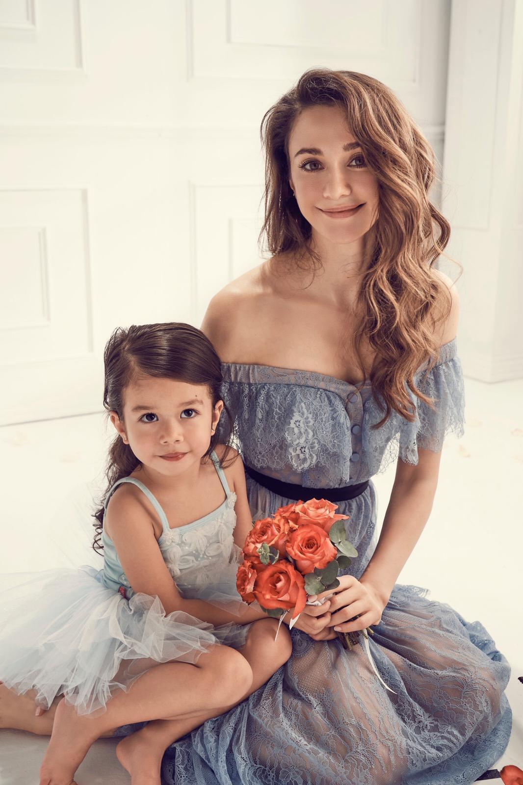 瑞莎和愛女Nika的合照彷彿一幅美麗的畫作。