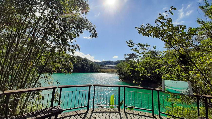 日月潭環湖步道隨處都能看見日月潭湖景。(圖片來源:黃子芸)
