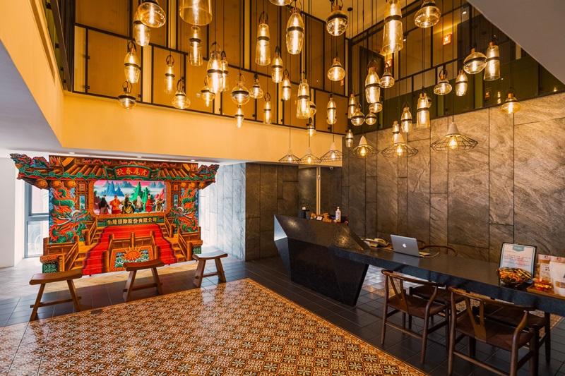 大廳吊燈與戲台為目光焦點。攝影/Ray