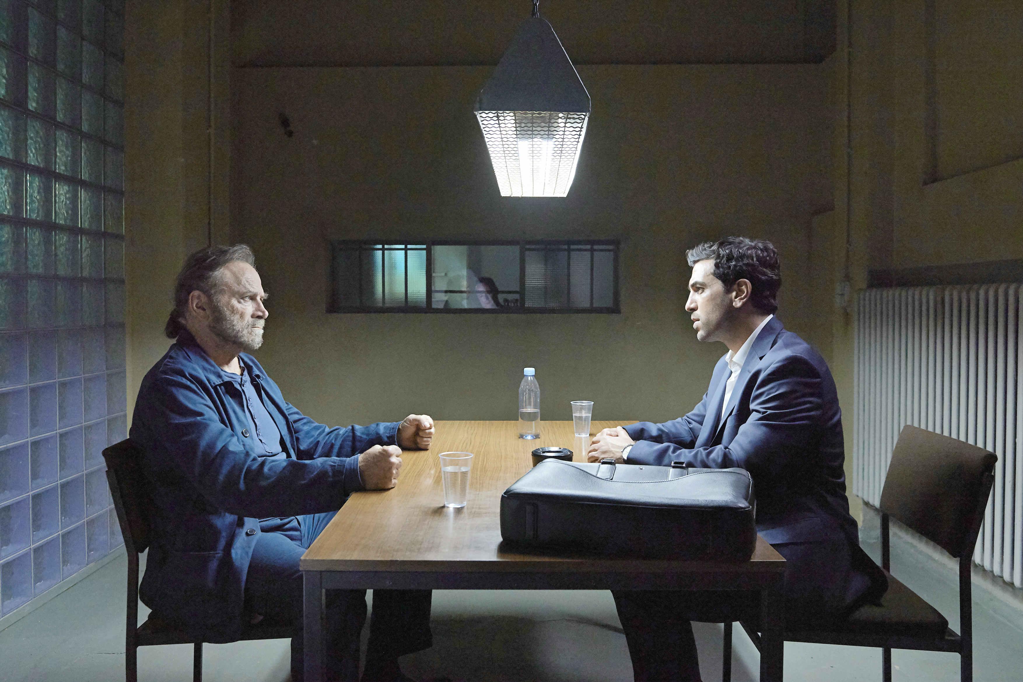 法蘭柯尼洛《罪人的控訴》冷酷、脆弱又堅毅的演出,連飾演他辯護律師的德國票房巨星埃利亞斯穆巴里克(Elyas M'Barek, 右)都佩服得五體投地。
