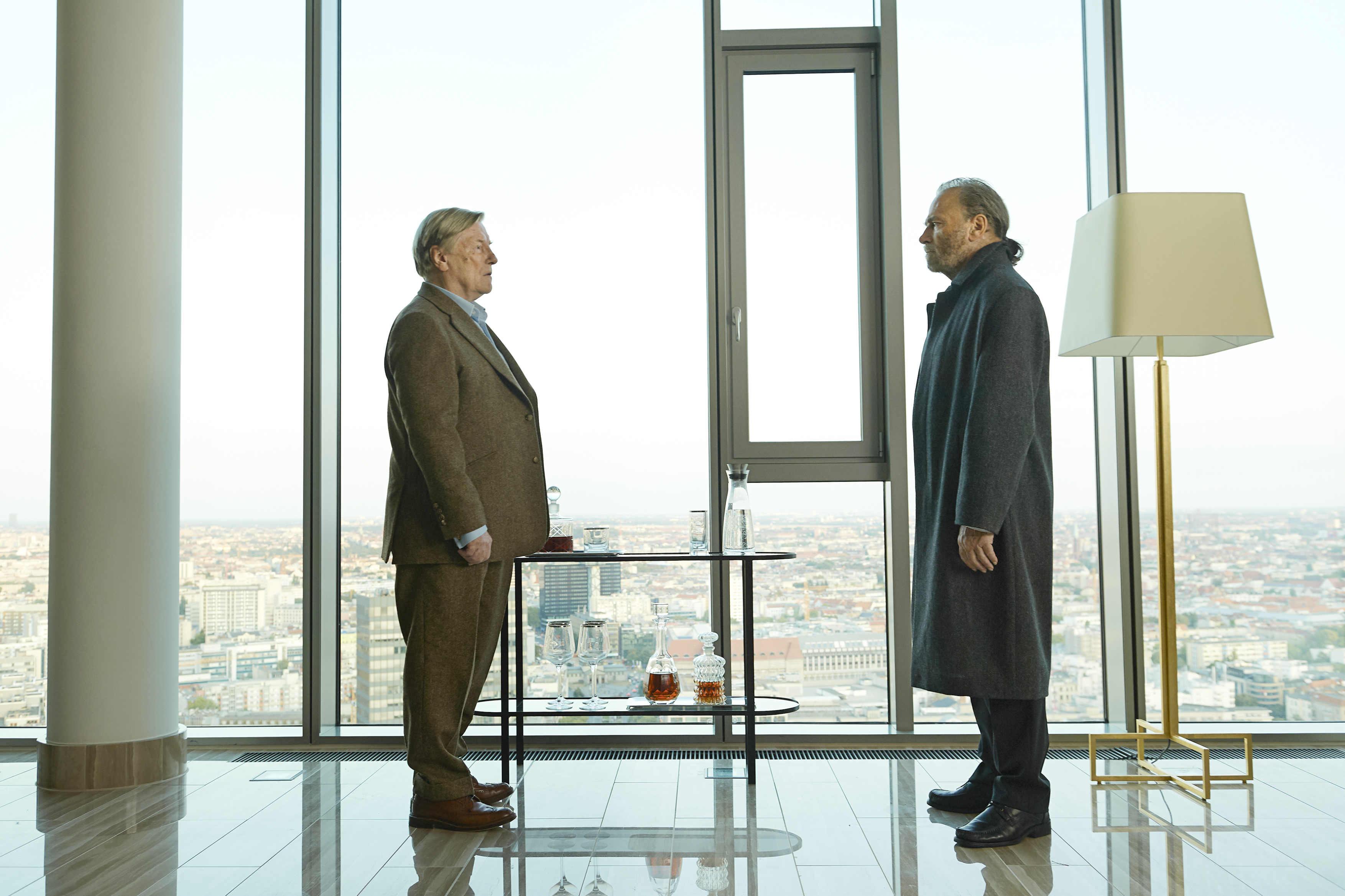 《罪人的控訴》劇情敘述,柏林豪華飯店發生一起殘暴命案。85歲的財團企業家漢斯麥爾,遭凶手柯里尼(法蘭柯尼洛 飾, 右)以行刑式槍擊頭部三槍,面目全非、當場死亡