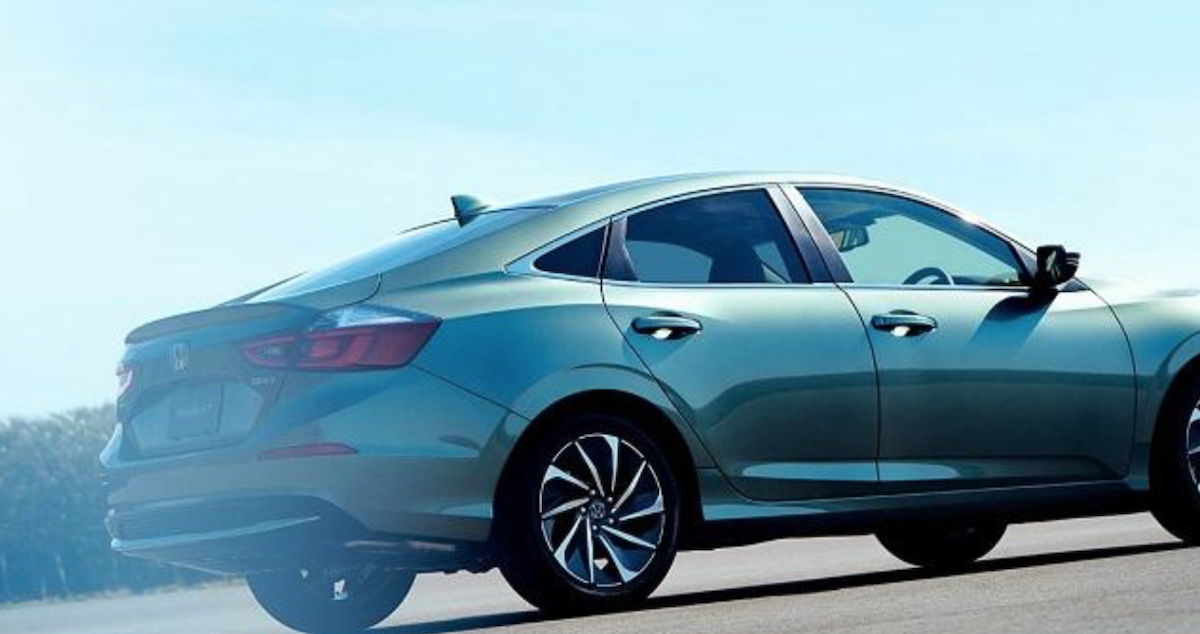 日規版特別在車尾後方,加上小型運動擾流尾翼。