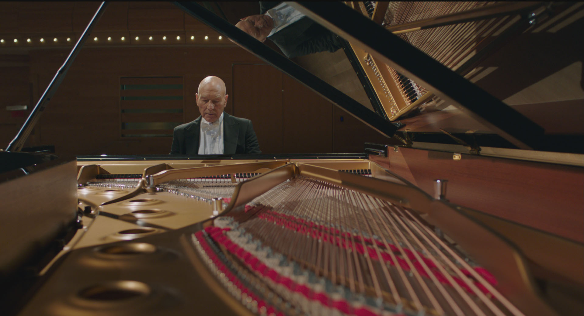 為了演出這個角色,沒有鋼琴演奏基礎的派屈克在開拍前兩個月便開始努力學習如何「看起來很會彈琴」