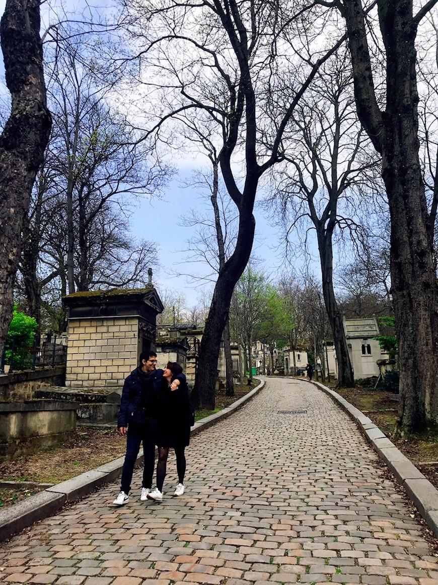 在公墓約會的情侶(圖片來源:李珮宇)