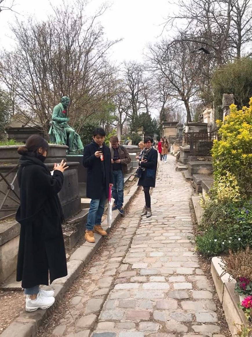 努力尋找目標墓塚的觀光客們(圖片來源:李珮宇)