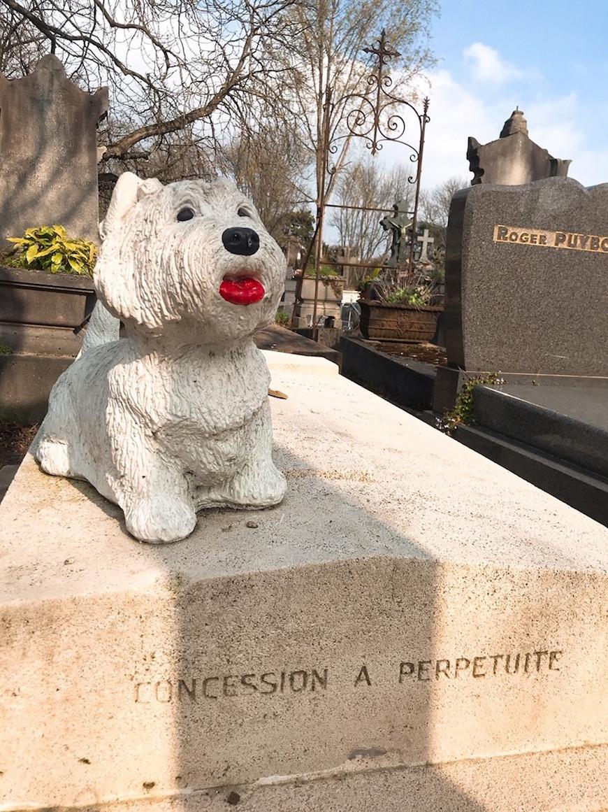有狗狗雕像的墳墓(圖片來源:李珮宇)