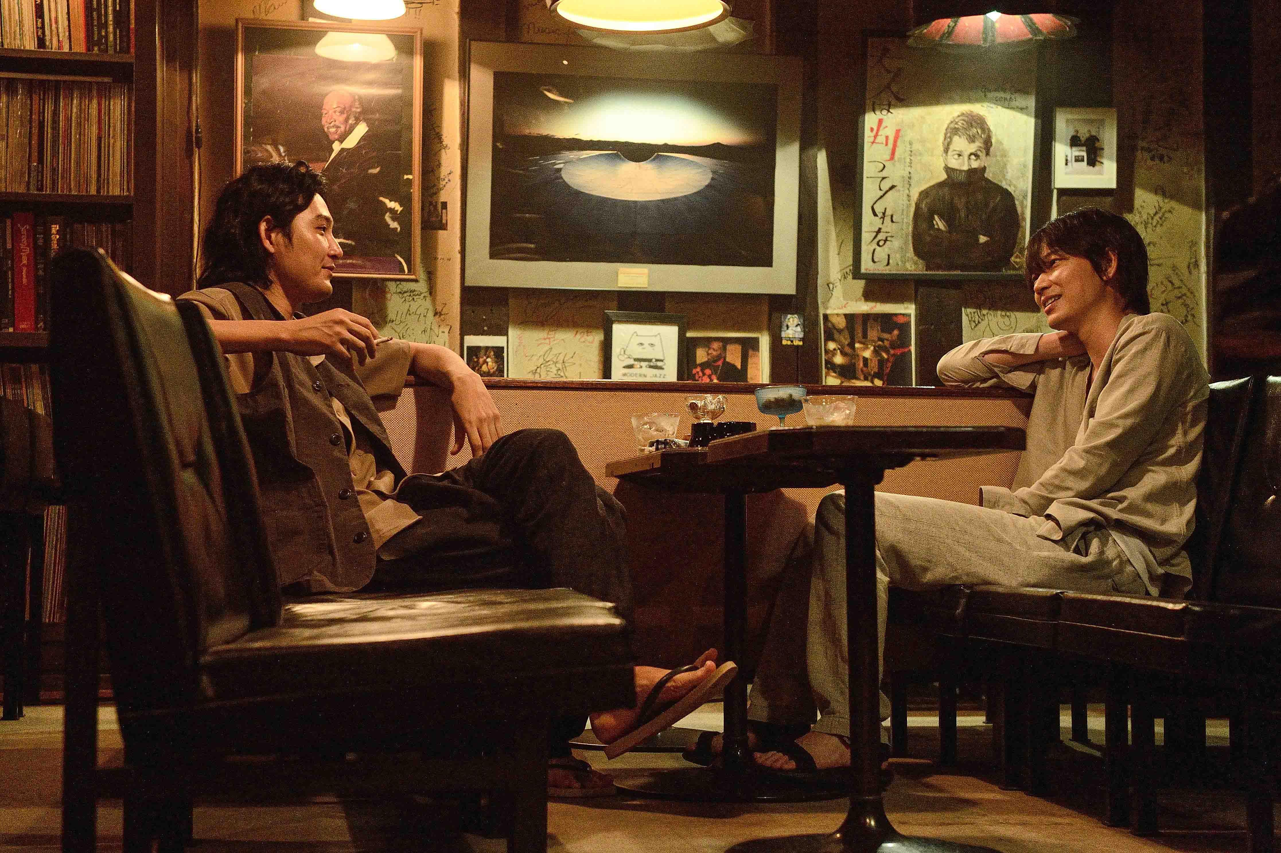 綾野剛(右)坦言自己和松田龍平(左)是多年好友,但大銀幕上卻只有【NANA】中幾秒的交集,「雖然有點自吹自擂,但我想在日本沒有比這更好的選角組合了。」