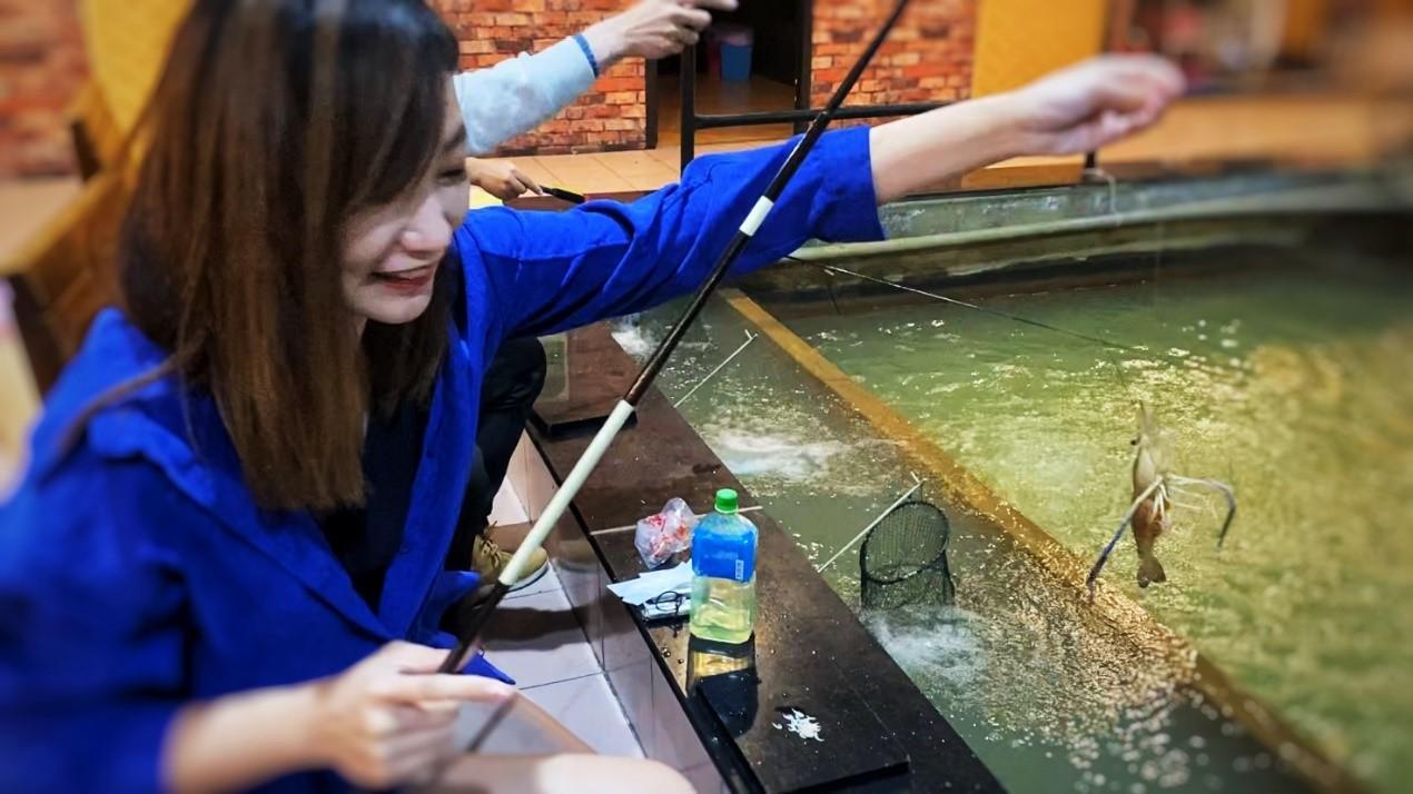 ▲林依伶到台南旅遊手癢釣蝦,經營YouTube上擁有不少死忠粉絲。