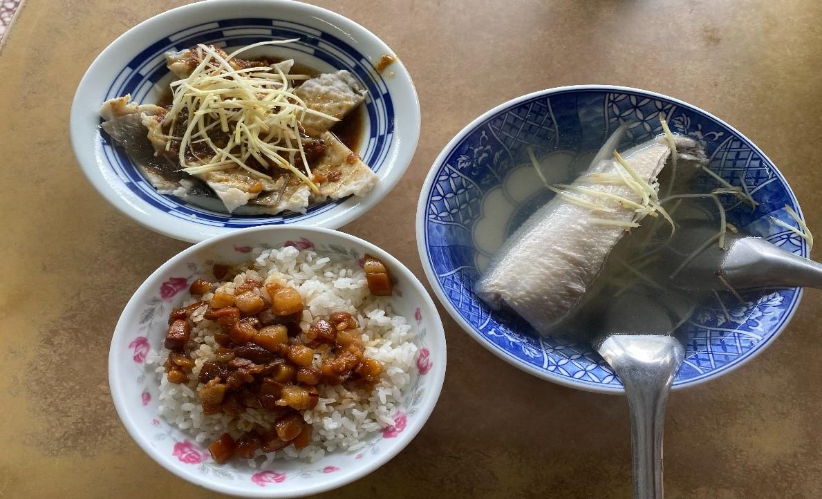 ▲林依伶力讚,台南基本款早餐就是虱目魚湯、肉燥飯,饕客還會來一份魚皮。