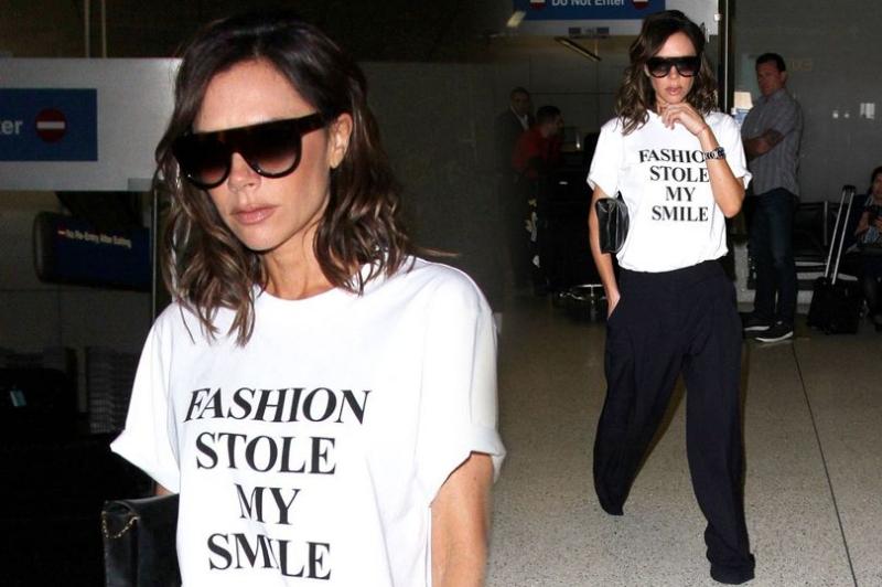 Victoria Beckham曾經推出「時尚偷走我的笑容」的標語T-Shirt回應自己的臭臉形象。