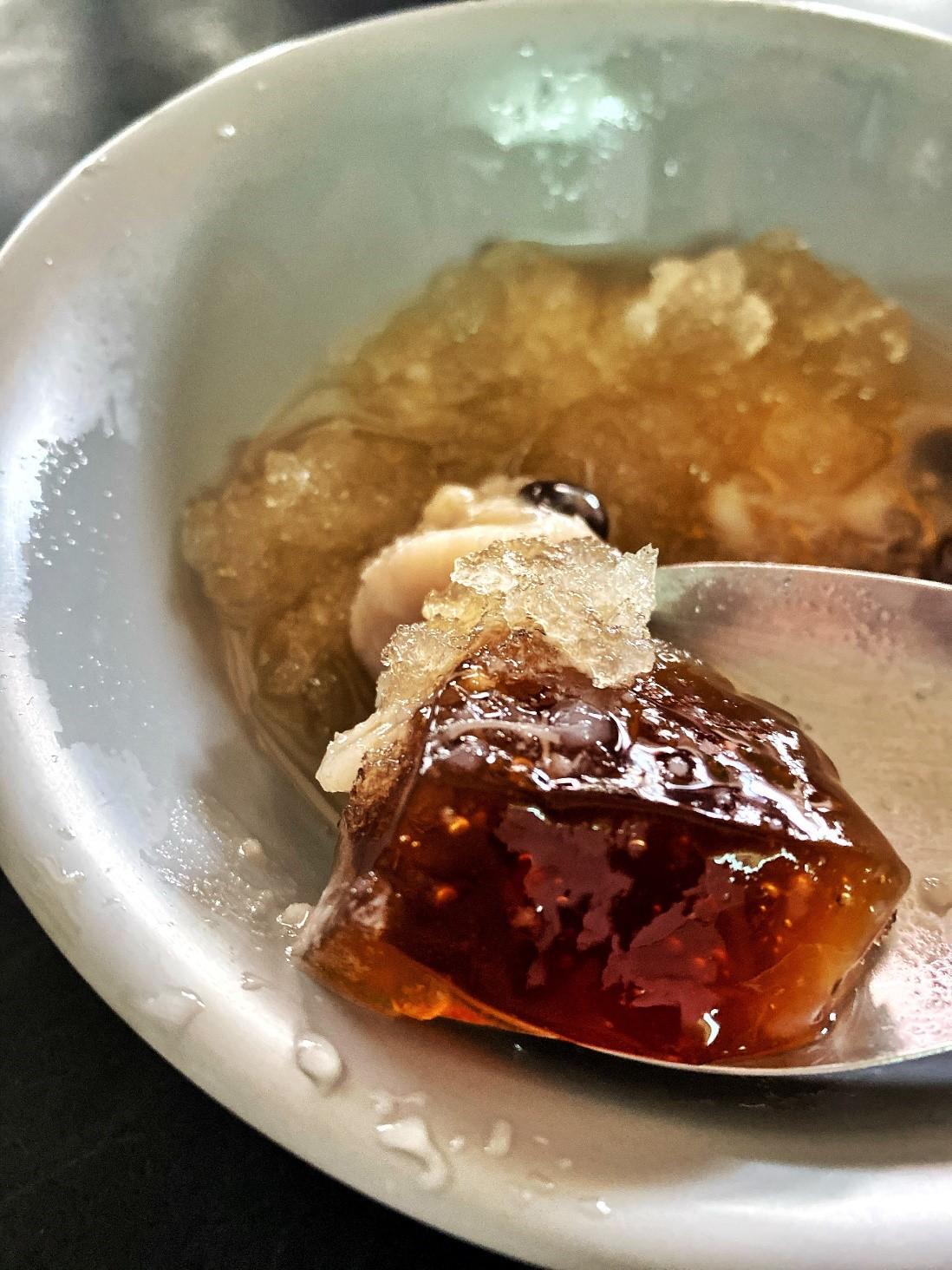 ▲台南懷舊刨冰八樣料任選35元,林依伶最愛手工黑糖粉粿。