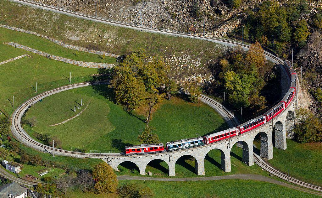 貝爾尼納鐵路-布魯西奧螺旋鐵路橋 (Photo by Kabelleger / David Gubler, License: CC BY 3.0, 圖片來源bahnbilder.ch/picture/11543)