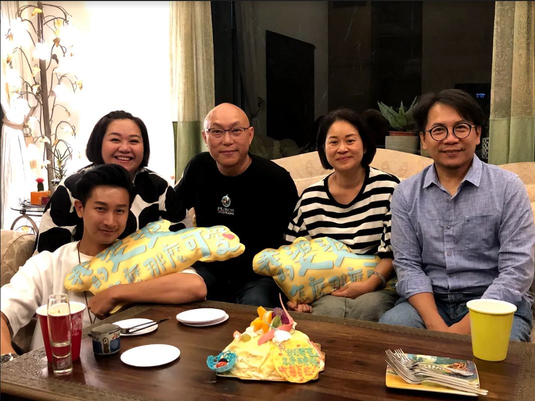 Darren邱凱偉(左起)、鍾欣凌、導演鄧安寧、製作人陳慧玲、許傑輝齊聚觀賞《我的婆婆》,與觀眾直播互動。(公視提供)