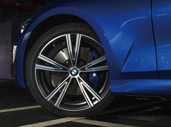 19吋BMW Individual雙輻式鋁圈,展現出奢華的氛圍。