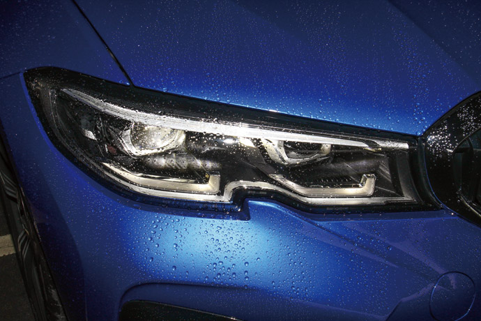 不規則形狀的LED頭燈整合主動轉向功能。