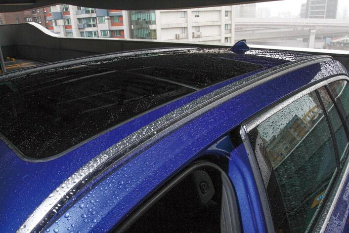 鋁質車頂架為全車系標準配備。
