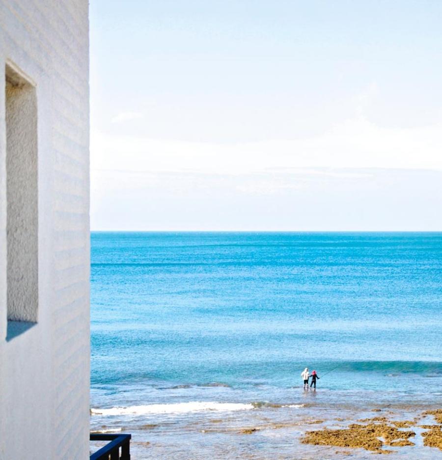 旅宿前方正對蔚藍海岸線,近距離感受海風、海味和海景。