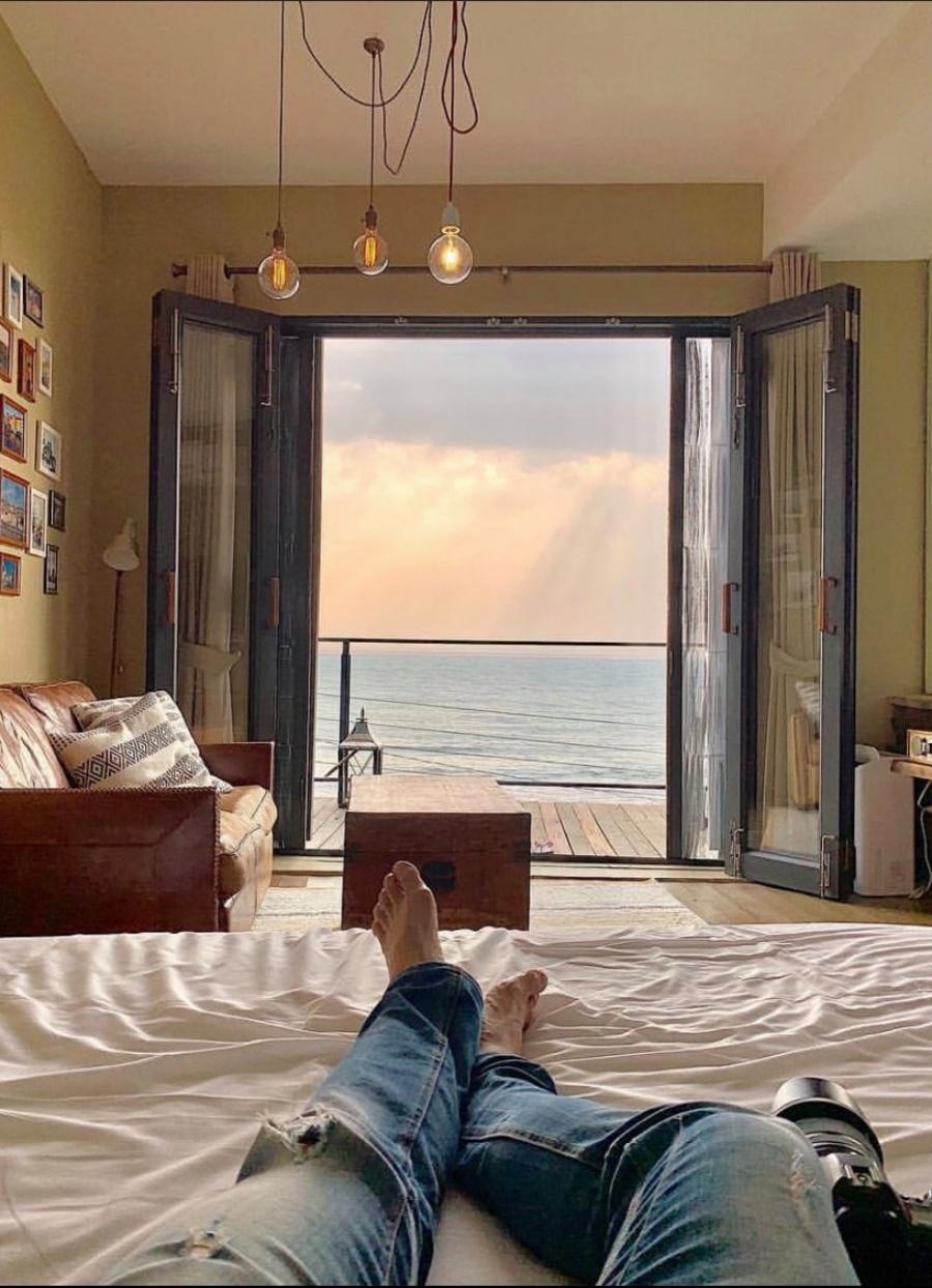 房內落地窗,可以欣賞晨日夕陽自海岸線升起滑落。