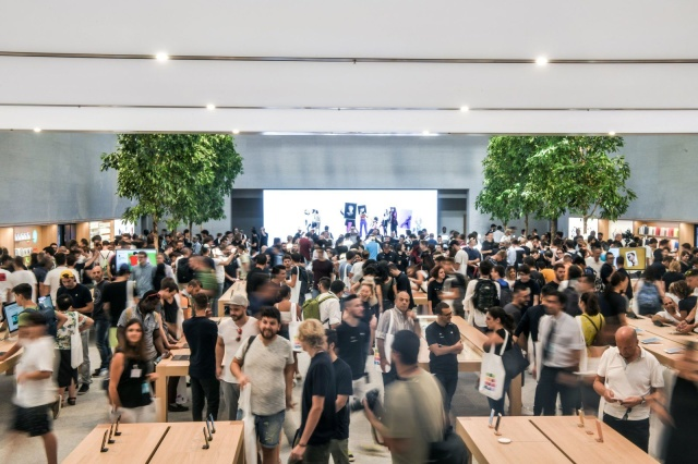 Customers are inside the new Apple Store Liberty, the first Italian flagship store of Apple in Milan, on July 26, 2018. (Photo by Piero CRUCIATTI / AFP)        (Photo credit should read PIERO CRUCIATTI/AFP/Getty Images)