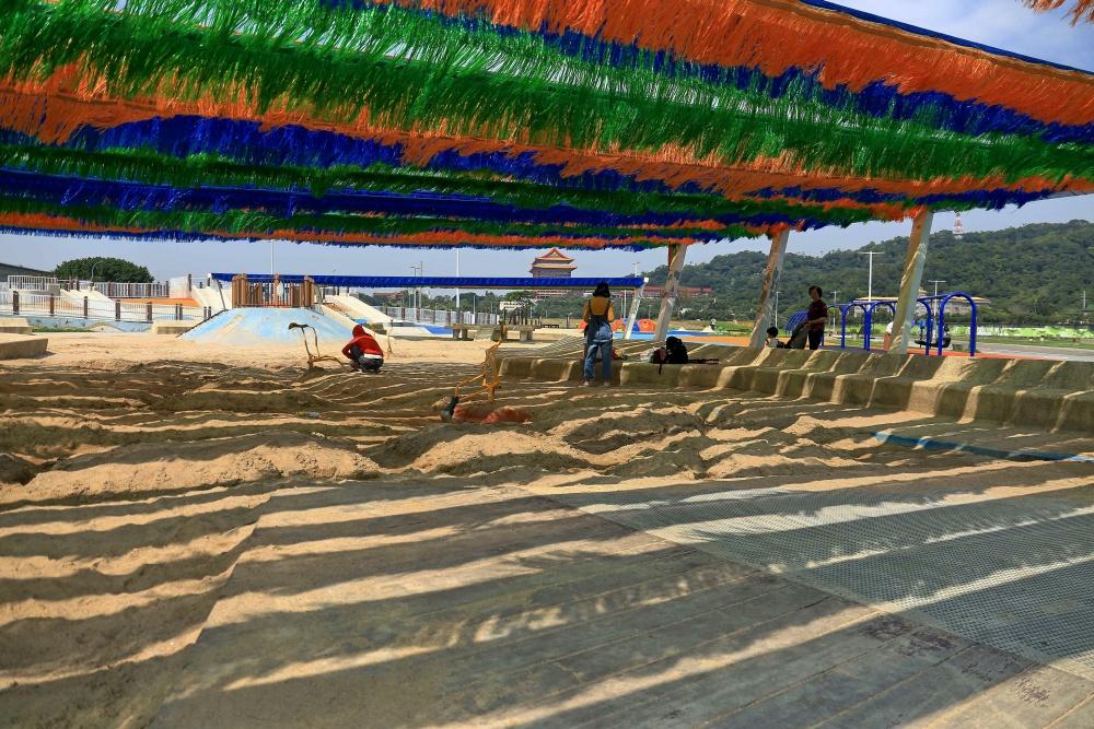 設置有遮陽棚的超大型沙坑,是夏日孩童放電好去處。(photo by 台北市政府 ,圖片來源)