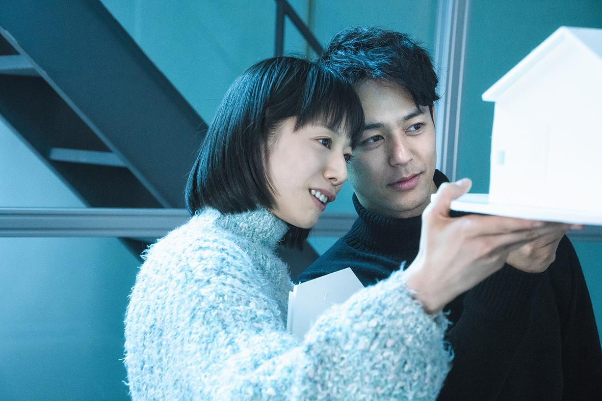 夏帆(左)在片中與飾演前男友的妻夫木聰(右)外遇搞不倫戀
