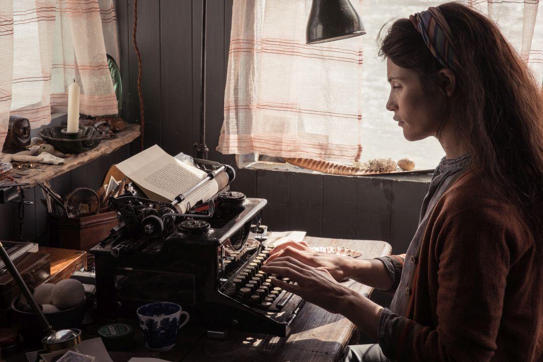 潔瑪雅特頓在片中化身為邋遢孤僻的女科學作家