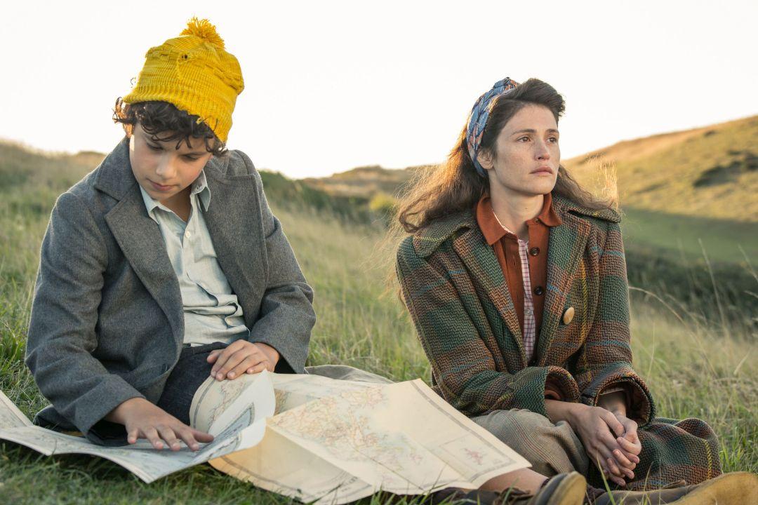 潔瑪飾演的愛麗絲(右)被迫收容從倫敦戰區避難而來法蘭克